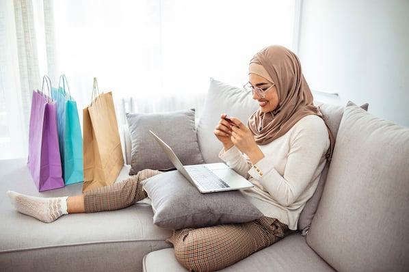 Personne assise dans un canapé avec un ordinateur portable
